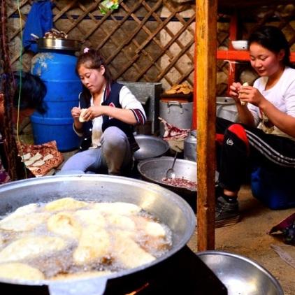 """Die Frauen bei der Herstellung von """"Khuushuur"""" - Frühstück / Teigtaschen mit Hammelfleisch."""