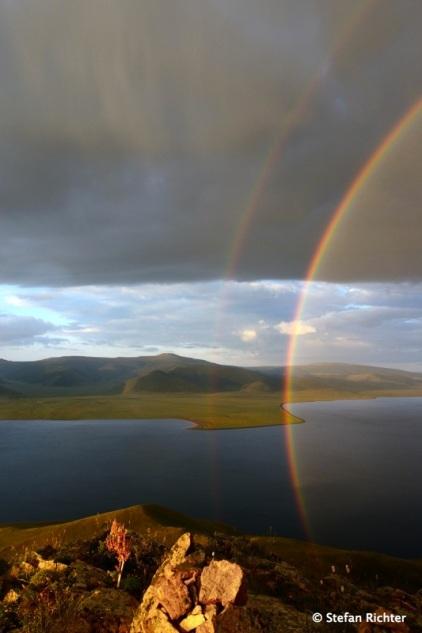 Sonnenaufgang mit Regenbogeneinlage.