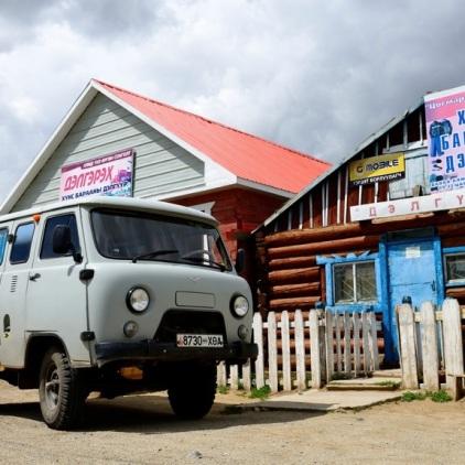 Einer der vielen russischen Minivans in der Mongolei.