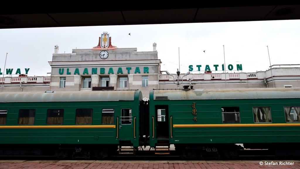 Der Bahnhof von Ulan Bator bei der Einfahrt der Transmongolischen Eisenbahn.