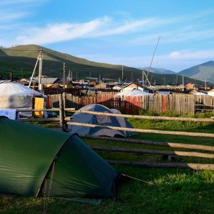 Raus aus der Stadt. Diese Nacht verbringen wir auf dem Grundstück von unserem Hostelbesitzer Gan in Terelj.