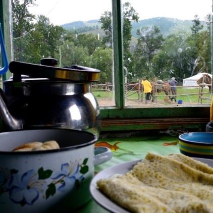 Die Pferde werden gesattelt. Und für uns gibt es Milchtee und Brot mit Ei.