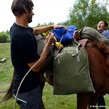 Stefan und Timor beim beladen des Packpferdes. Inzwischen schon Routine.
