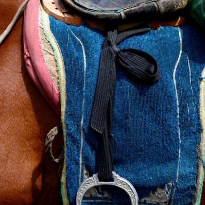 Russischer Sattel mit individuell verstellbaren Steigbügeln.