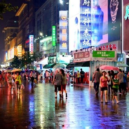 Die Wangfujing Street bei Regen...