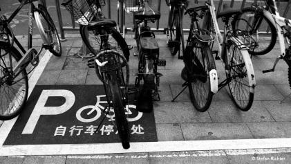 Peking hat ziemlich viele Fahrradfahrer. Extra Straßen und Parkplätze natürlich auch.