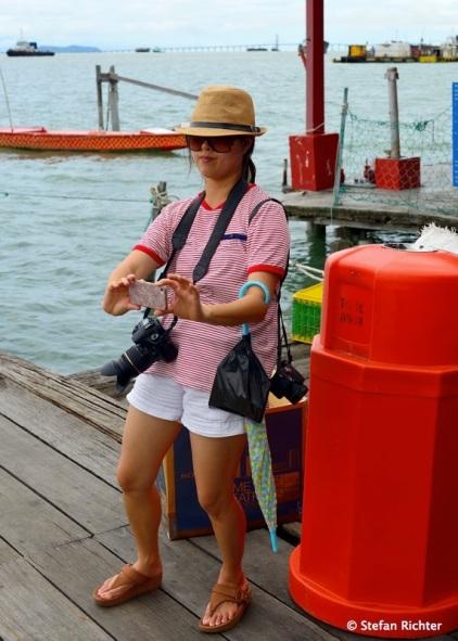 Style ist alles - Dass die gute Dame mit 3 Kameras nicht überfordert ist grenzt an ein Wunder.