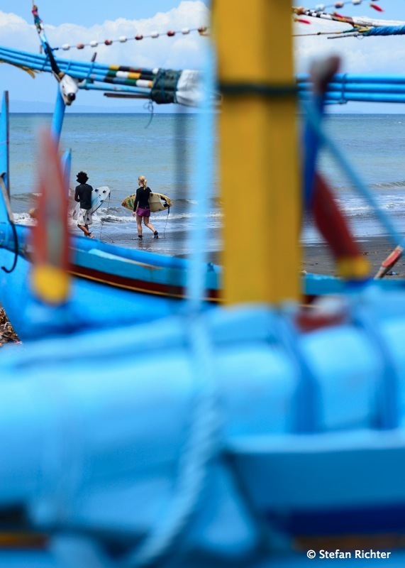 Zwischen den Fischerbooten geht es irgendwo ins Wasser.