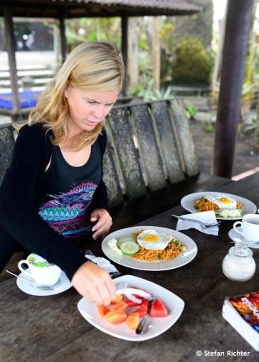 Frühstück am Strand - Mie Goreng gibt es bei uns jeden Morgen!