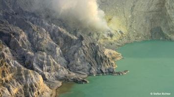 Rauch steigt aus dem Krater.