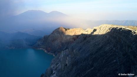 Der türkisfarbene Kratersee sieht einladend aus, ist aber lebensgefährlich.