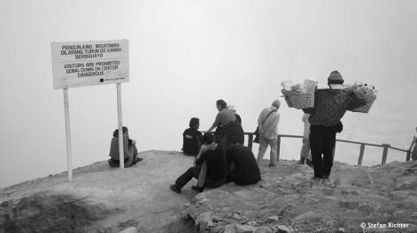 Achtung! Besuchern ist es verboten den Krater hinunter zu steigen...