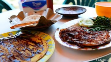 Lunch-Time mit gegrilltem Fisch und Banana Pancake.