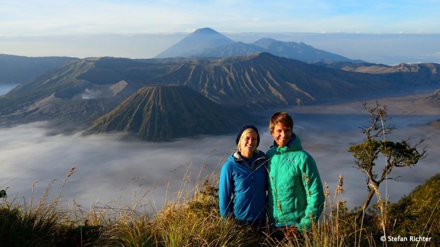 Wir waren da! Da obligatorische Foto. Auch in Indonesien ist es auf über 2.000 m eher frisch bis kalt.