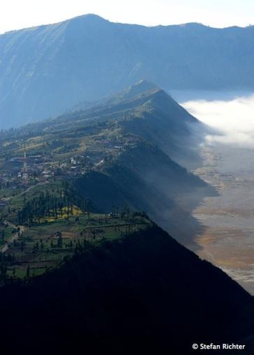 Blick auf Cemoro Lewang und die Kraterwand, die in eine unwirkliche Mondlandschaft führt.