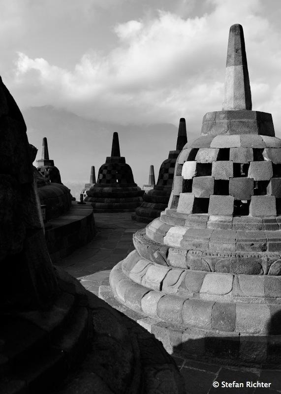 Der Tempel hat in seiner über 1.200 Jahre alten Geschichte schon Einiges mitmachen müssen: Vulkanausbrüche, Erdbeben und Bombenanschläge.