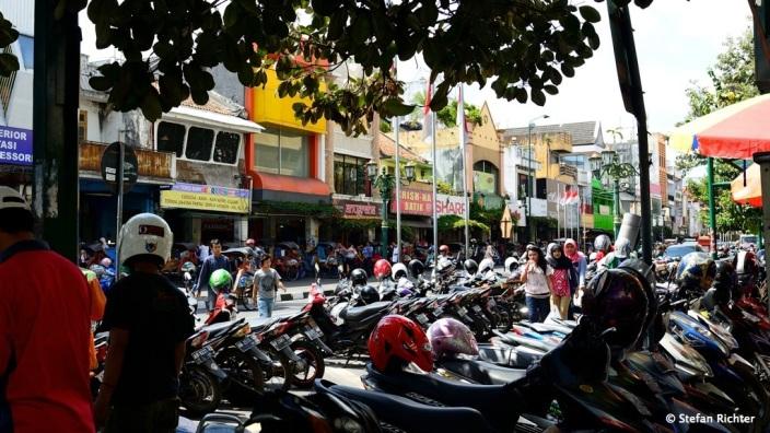 Die überfüllte Jalan Malioboro in Yogya.