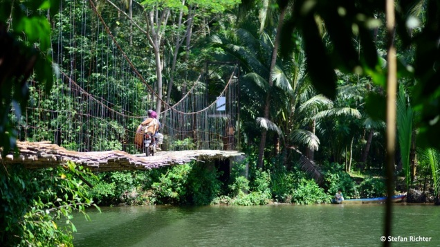 Die Bambus-Brücke nach Batu Karas.
