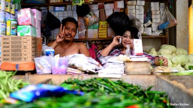 Immer schwer beschäftigt die Indonesier.