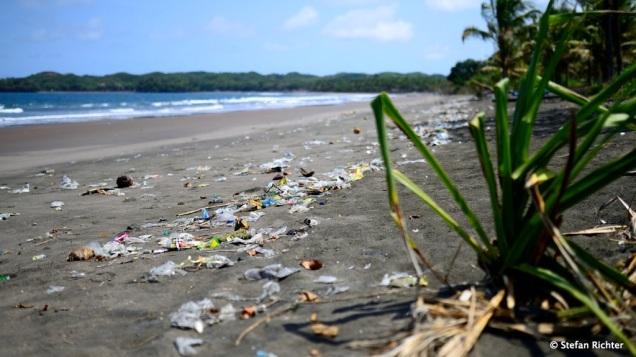 Das Plastik-Problem der Weltmeere wird an den Stränden von Central Java deutlich sichtbar!