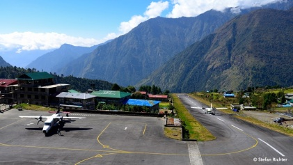 Flughafen Lukla - Die Start- und Landebahn ist nur 460 m lang und 20 m breit und hat dabei eine Neigung von 12 %.