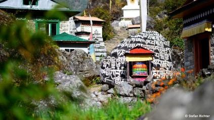 """Die """"Mani Walls"""" und Gebetsmühlen zeigen an, wir bewegen uns Richtung Tibet."""