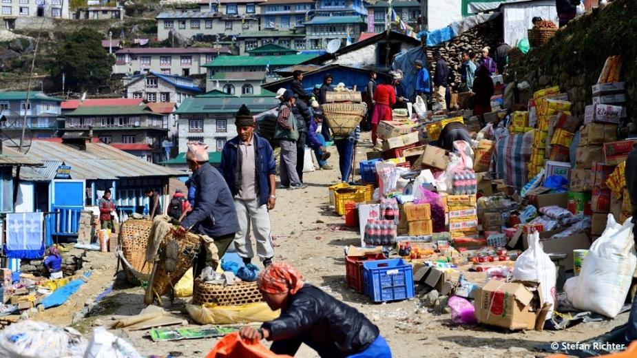 Markt in Namche. Fast alle Waren die hier angeboten werden, wurden zu Fuß hochgetragen.