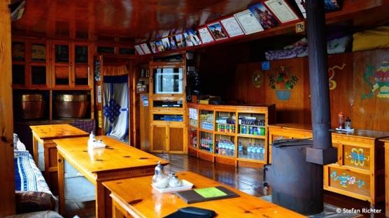 """Valley View Lodge in Khumjung. Typischer (hier der schönste des ganzen Trekks) """"Dining-Room"""" im Teehaus."""