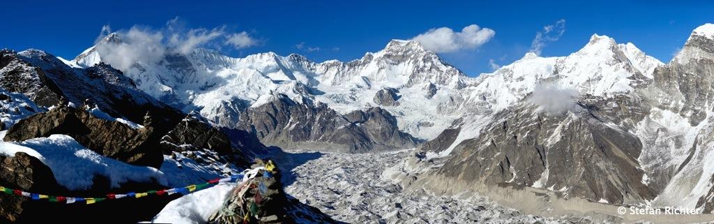 Panorama vom Gokyo Ri mit Ngozumpa Gletscher und links Cho Oyu (8.201 m)