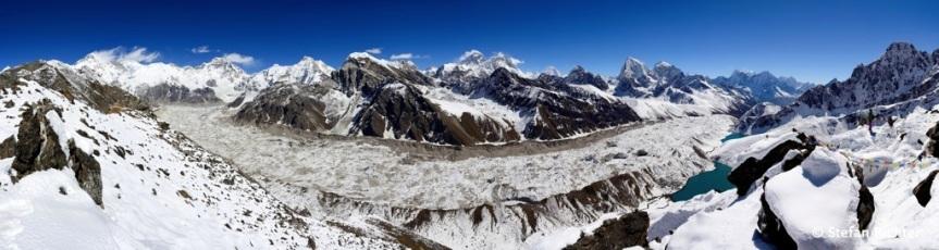 360 Grad Rundumblick mit vier der vierzehn Achttausender: Cho Oyu, Everest, Lhotse und Makalu.