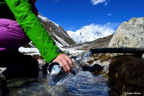 Kaltes, klares Wasser. Aber bitte immer desinfizieren!