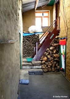Lodge-Innenleben - Heizmaterial für den Abend, Holz und Yakdung.