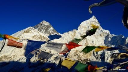 Mt. Everest (8.848 m) mit Nuptse (7.861 m) und Lohtse (8.414 m) im Hintergrund.