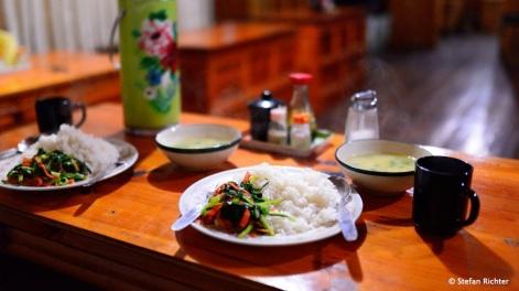 Dhal Bhat: Reis, Currygemüse & Linsensuppe.
