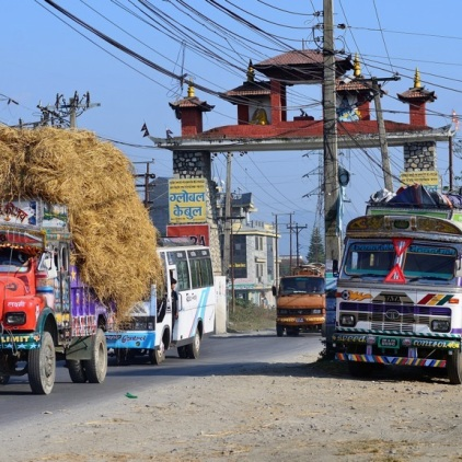 Der ganz normale Wahnsinn auf der Straße nach Pokhara.