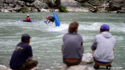 """Nach Feierabend sind die Guides noch einmal zum """"spielen"""" ins Wasser."""