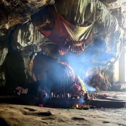 Am Eingang der 400 m langen und 10 m breiten Höhle, die zwischen Bandipur und Bimalnagar im Berg versteckt liegt.