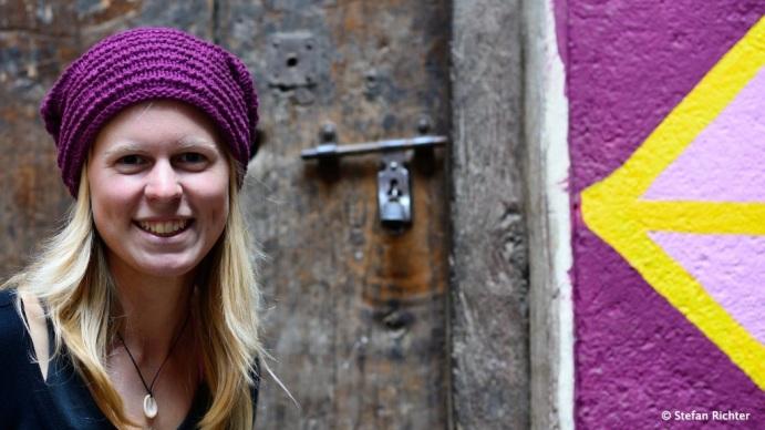 Julia passt sich eher den Häuserwänden an. Aber in pink.