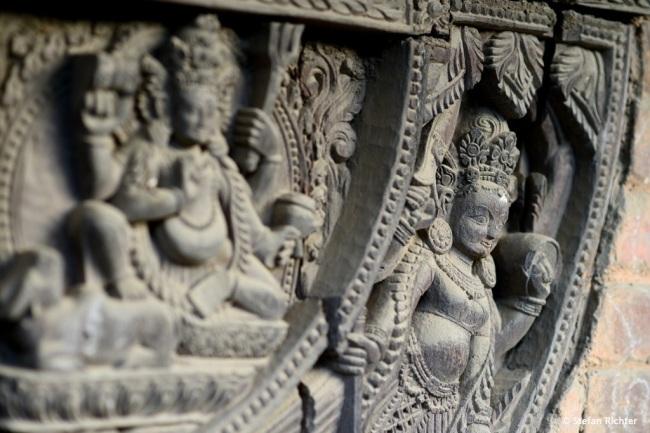 Auch an den unscheinbaren Tempeln gibt es detaillierte und aufwendige Holzverzierungen.