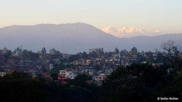 An manchen Tagen, wenn die Luft einigermaßen klar ist, kann sogar die Berge von Kathmandu aus sehen.