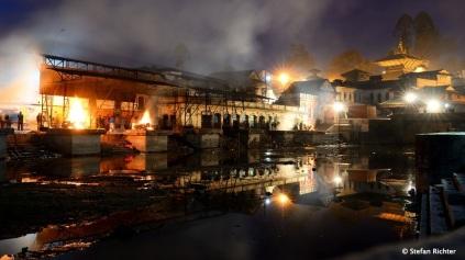 Die Tempel liegen am Bagmati-Fluss. Hier finden auch die hinduistischen Feuerbestattungen statt.