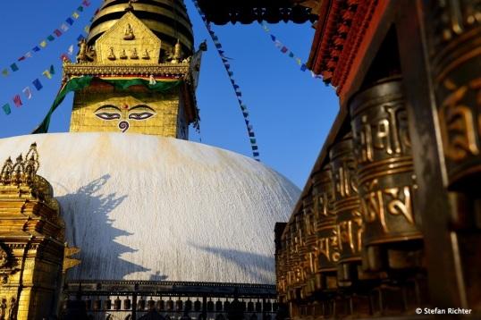 Oberhalb zeigen Buddha's Augen in vier Richtungen und repräsentieren Weisheit und Barmherzigkeit.