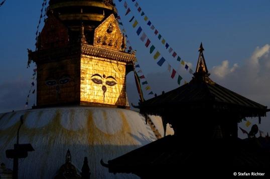 Die Swayambhu Stupa hat eine Kuppel als Basis, die die Welt repräsentiert.