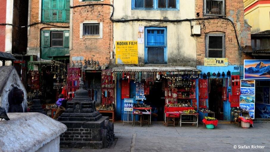 Nepalesischer Souvenir-Shop. Es gibt auch noch Foto-Filme zu kaufen...