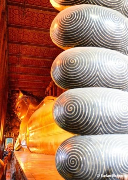 Der liegende Buddha im Wat Pho ist der größte seiner Art in Thailand und ein absolutes Muss bei jedem Bangkok Trip.