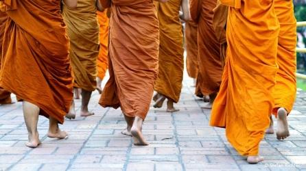 Mönche auf dem Weg zum Beten.