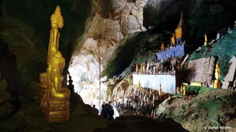 Die Pak Ou Höhlen am Mekong River beherbergen hunderte Buddhastatuen.