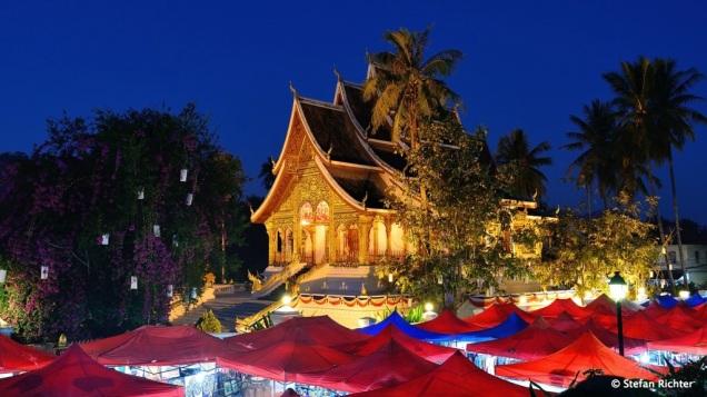 Wat Ho Pha Bang mit dem Night Market im Vordergrund.