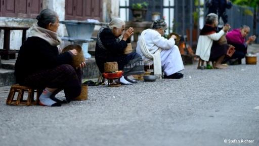Die Stadtbevölkerung bereitet jeden morgen sticky rice für die Mönche zu.