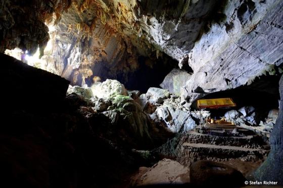 Tham Phu Kham Höhle mit Buddha.